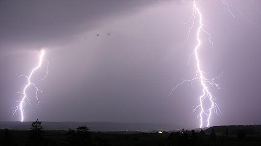 512px-Lightning_14.07.2009_20-42-33